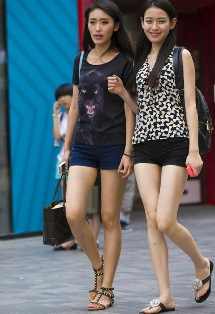 时尚街拍:热裤美女