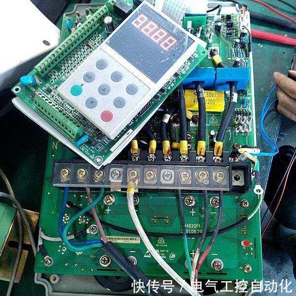 整流电路将交流电变换成直流电,直流中间电路对整流电路的输出进行