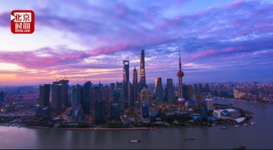 """因为浦东,上海这座被网友戏称为""""魔都""""的城市,便具有了吸引世界的非凡魔力:这里有中国经济的心脏,有高耸入云的摩天大楼,有日新月异的城市面貌。更重要的是,当你来到这座城市,她会面带微笑,释放她的温暖与包容,展示她的厚重与活力。"""