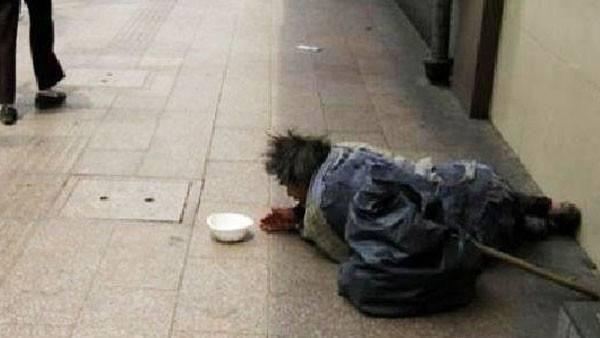看到路边上一个30来岁的乞丐大冬天的蜷缩在那里怪可怜,老马看看对方