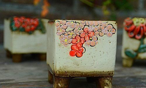 先看所需材料,画笔,丙烯颜料,当然还需花盆一个.