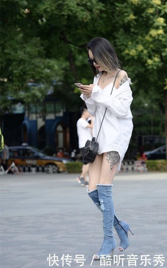 看见美女小姐姐满身的性感纹身,后悔自己当初没有去学