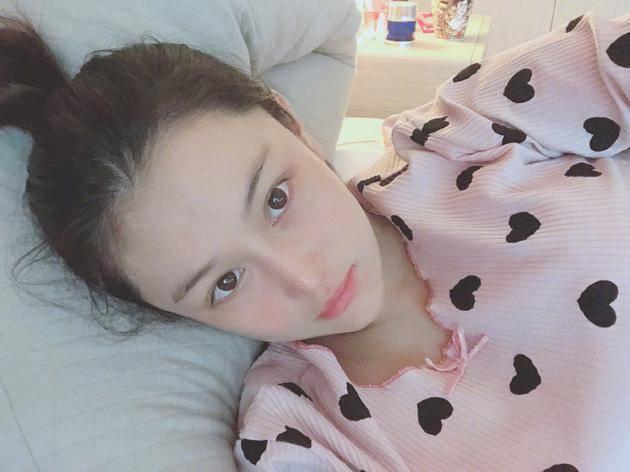 孕妈张馨予睡前躺女生卡通状态白里通红自拍床上生气皮肤图片