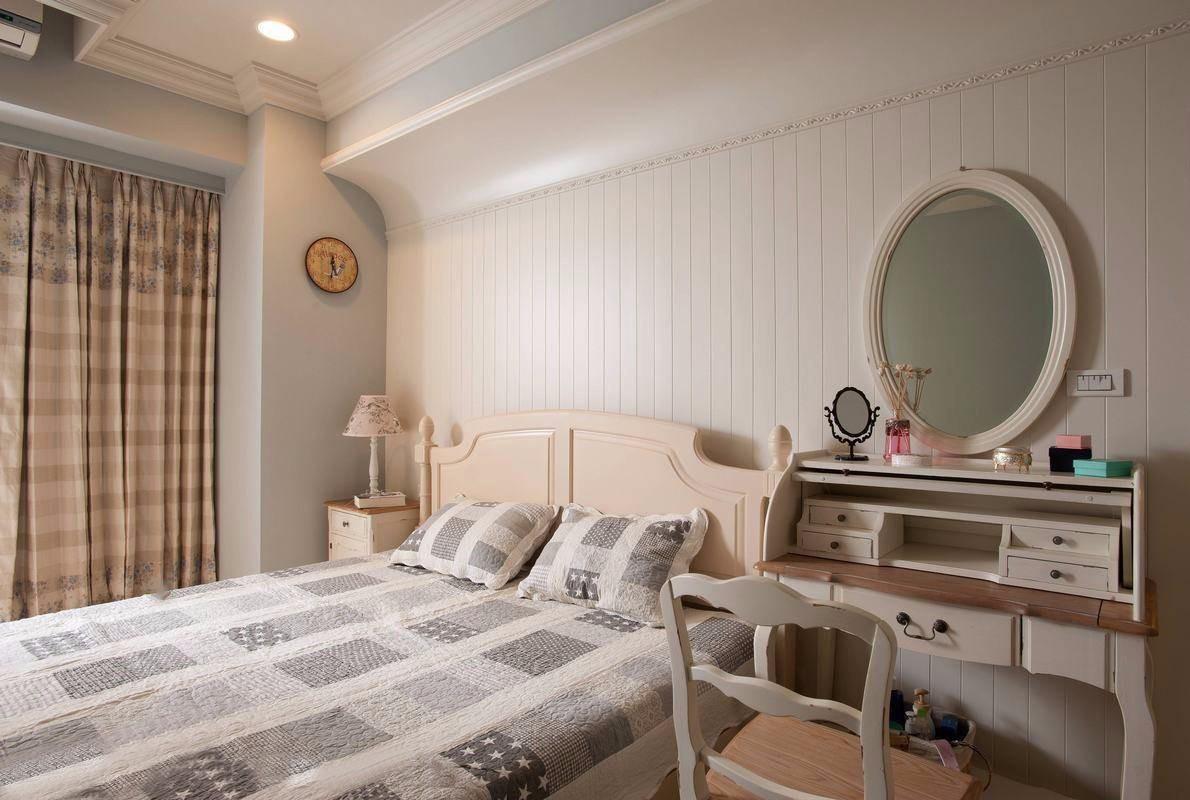 弧形的天花设计美化了梁体的突兀,也化解床头压梁的风水顾虑.