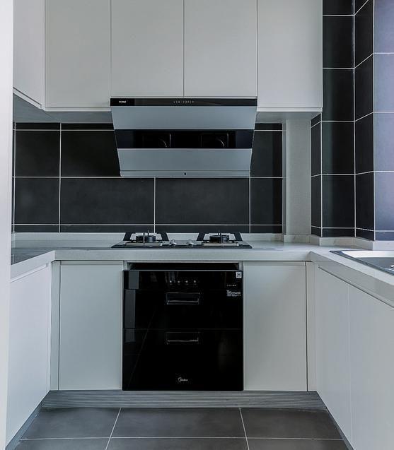 厨房,黑色瓷砖和灶台搭配白色橱柜,黑白搭配很有气质.