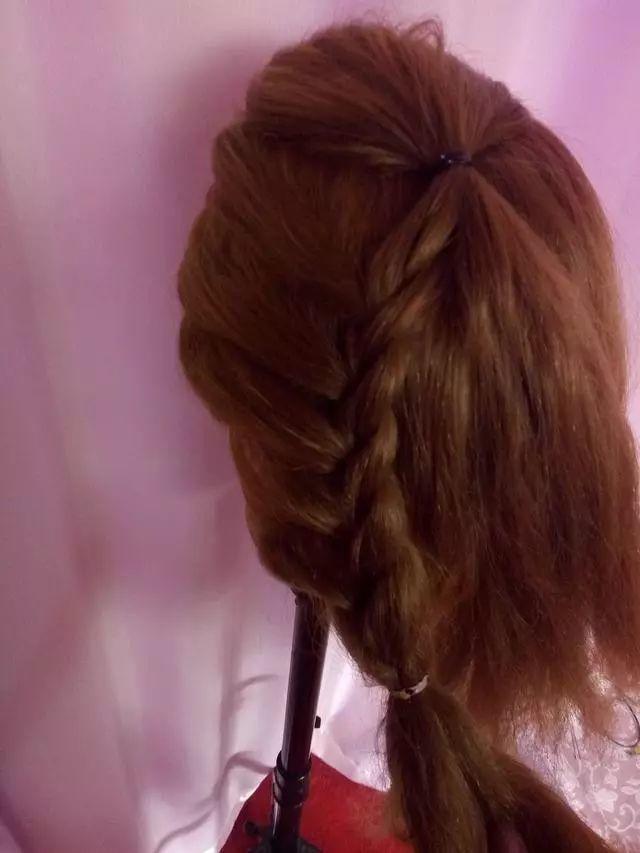 然后用三股蓄发的手法编头发,注意只编一面,靠近里面这侧不编头发图片