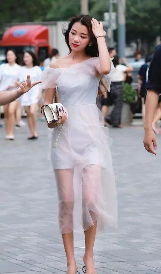 抚擦小姐_美丽的小姐姐穿出时尚新高度,你喜欢这样的装扮吗?