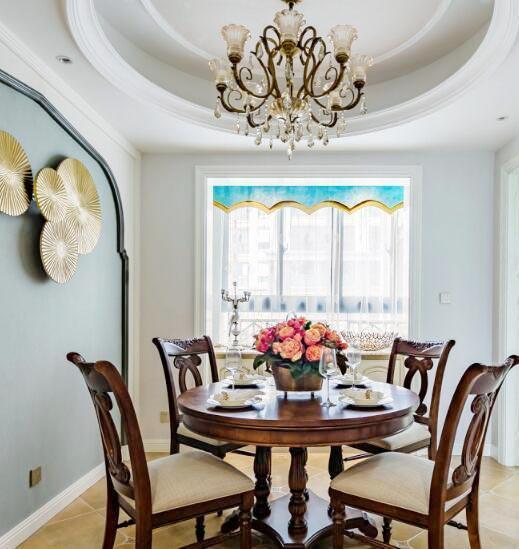 餐厅采用圆弧形吊顶,与美女业主喜欢的圆弧形餐椅相得益彰.