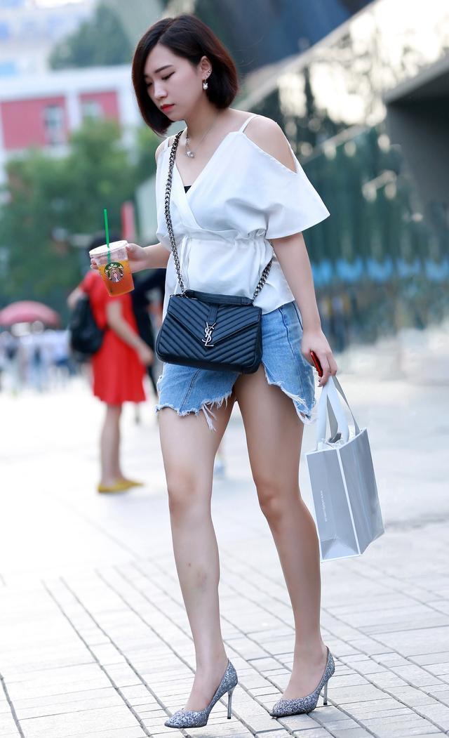 时尚街拍美女:除了帆布鞋,牛仔与高跟也很配哦 .
