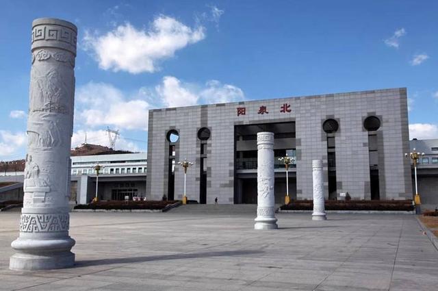 贵州铜仁南站位于贵州省铜仁市玉屏县大龙镇,距离市区也很远,超过50
