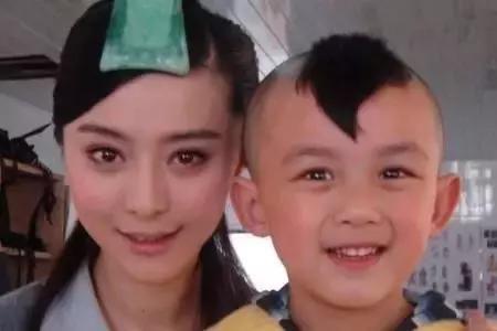 这么萌萌哒的小可爱就是刚刚举办过成年礼的吴磊弟弟啦