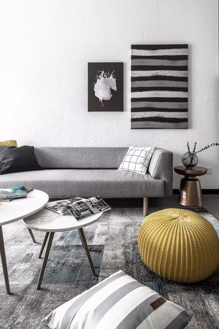搭配极简的圆形茶几,墙面装饰画等细节处的点缀,充满了精致的北欧元素