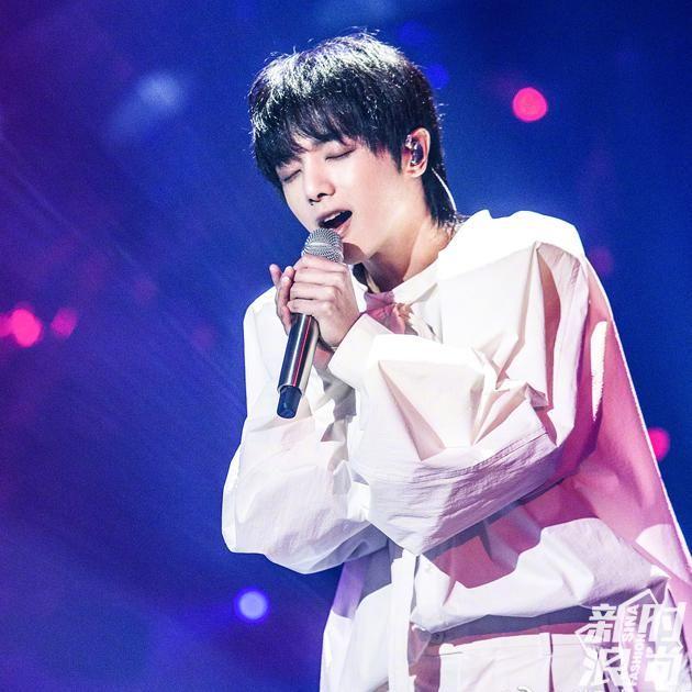 华晨宇穿背带裤造型 华晨宇的造型与他参加节目的缘由也是相契合的.