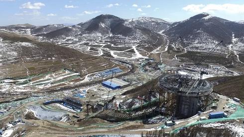 真绝 这个高难度的设计 让你在滑雪运动员背后看到他们比赛出发的样子