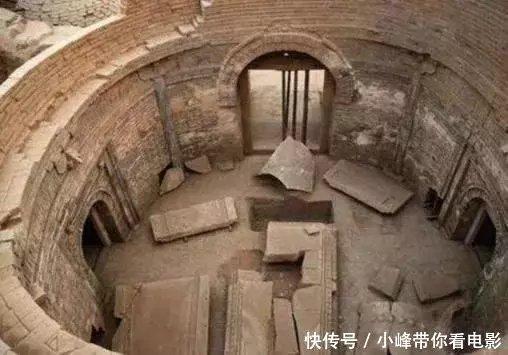 众所周知,我国有着非常悠久的墓葬文化,尤其是皇族,他们在墓葬方面更加的重视,为了祭奠死去的皇族,在坟墓中往往会陪葬许多珍贵的宝物,跟各种有价值的文献。有些帝王墓甚至是会陪葬一些活人,考古学家可以通过挖掘一个古墓,得到许多历史知识跟古人的一些风俗、习惯。  在这其中,有很多人对考古专家都是持以异样的眼光的,在他们看来考古学家跟盗墓贼是没有什么区别的。但是在笔者看来,考古专家跟盗墓贼还是有着很大的区别的,盗墓贼都是将古墓中的宝物占为己有,而考古专家就不同了,他们对挖掘出来的宝物进行勘测、研究,最后将他们统一的