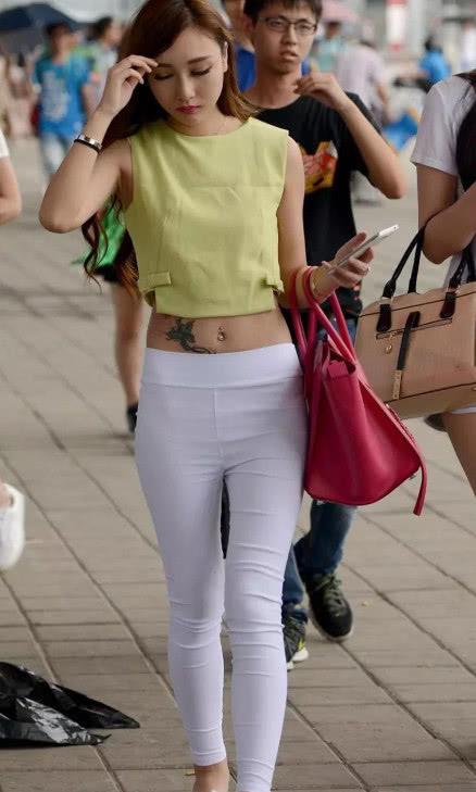 社会小姐姐性感漏脐装大显好身材,肚脐边上的纹身看呆图片