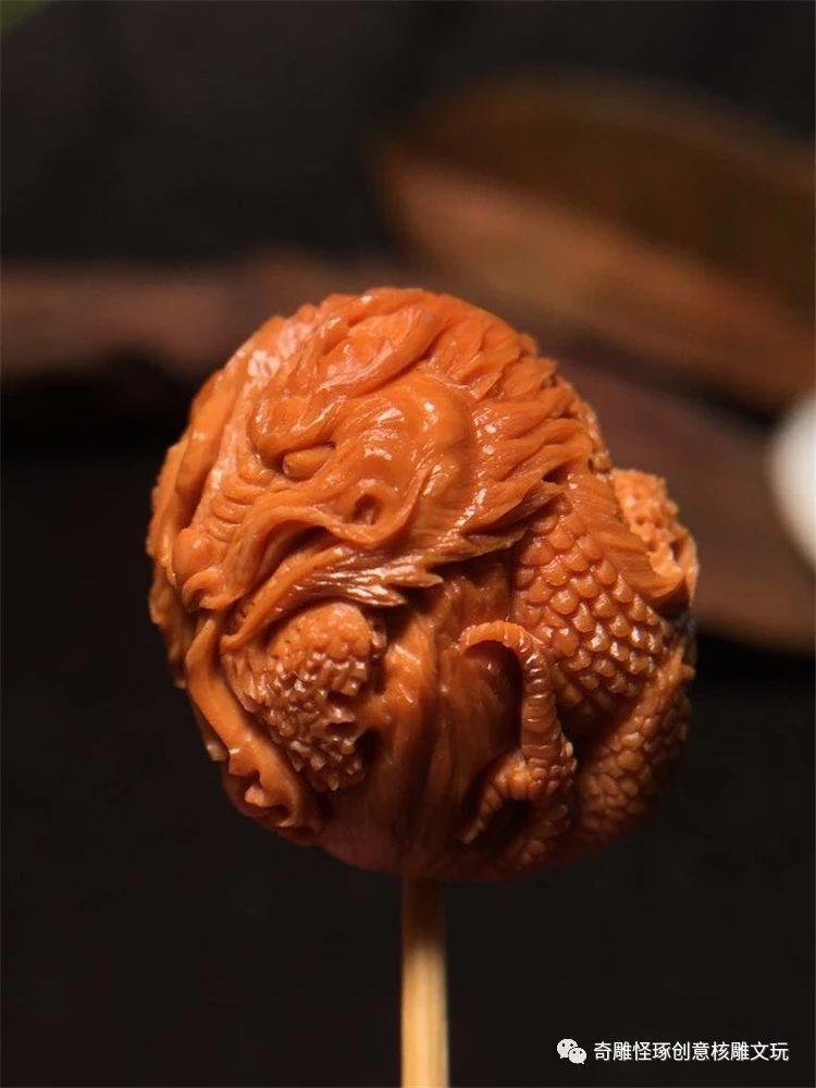 雕刻橄榄核之---招财金蟾】 水晶核金蟾 红润通透,核质细腻 雕刻蝙蝠