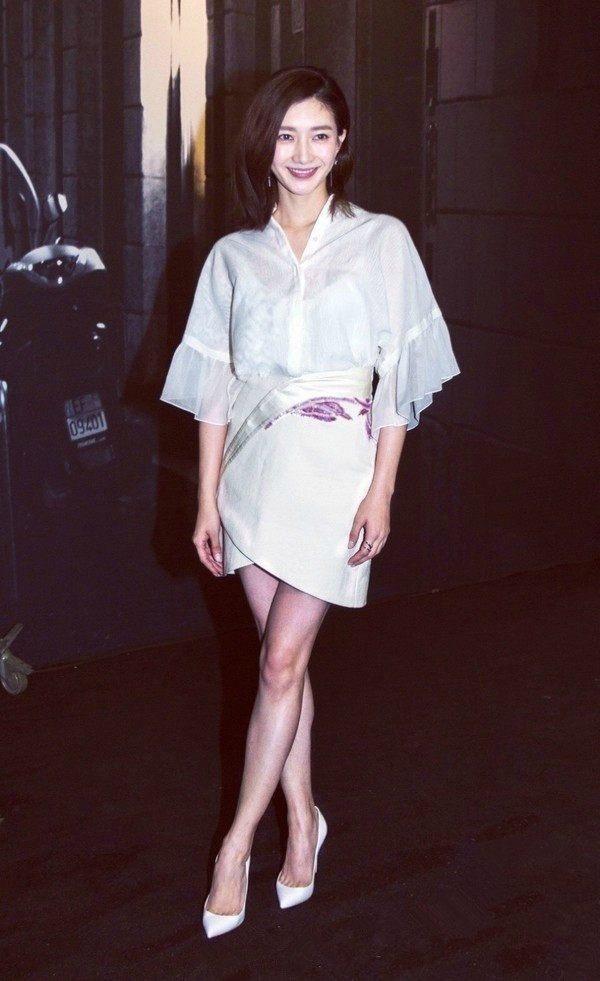 同穿白色礼服裙秀美腿,江疏影vs佟丽娅,谁才是第一美腿?图片