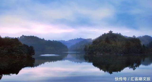 杜鹃湖风景区位于贵州省黔南州长顺县境内,属古夜郎国政治中心,与