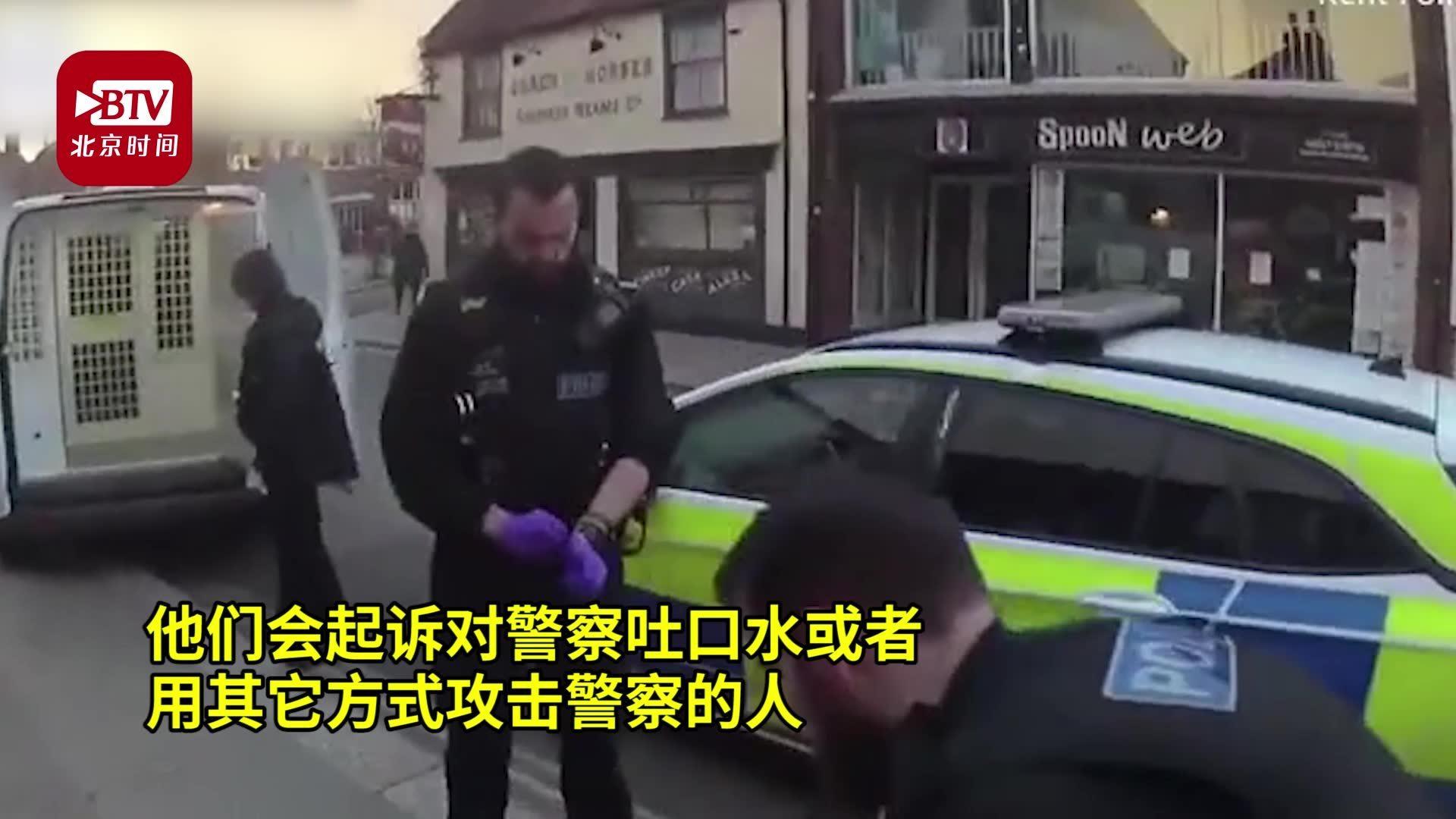 男子偷肉被捕后笑着往警察身上吐口水  结果被套塑料袋带走