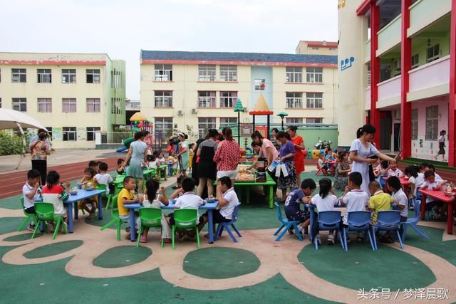 幼儿园小朋友在老师带领下,听端午节的故事,动手折叠多彩的玩具粽子