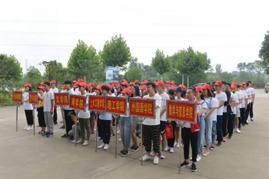 该校专职副书记施昌海,副校长王志华出席出征仪式.