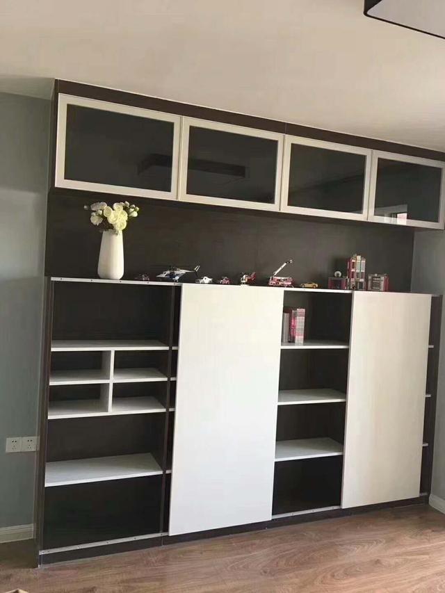 这个柜子是客厅的装饰柜,放在角落主要是想装一些东西方便,装修师傅拍