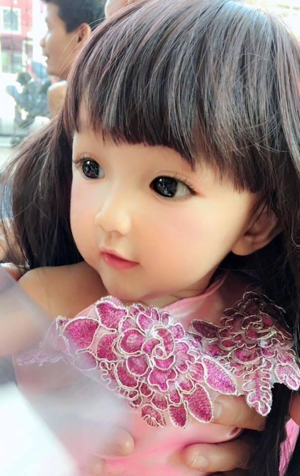 最近在泰国很火的芭比女孩,因为长得太好看,太像芭比娃娃而被网友质疑是假人,女孩妈妈晒出家人照片力证颜值是遗传的,假不了。  这位小女孩,不知道如何用语言来形容她的可爱,说她是小天使也不过分,,有木有萌哭你的心?  简直是洋娃娃的真人版。    因为她实在太美了,美到网友都不相信她是真人,妈妈特地晒出自己和女孩哥哥的照片,称颜值是遗传的,假不了。   这么好看的精灵一般的女孩儿,真想捏捏她的小脸蛋啊,大家是不是也觉得这小女孩太漂亮了呢?欢迎留言讨论哦~~ 文章真实性已考证,图片素材来自网络