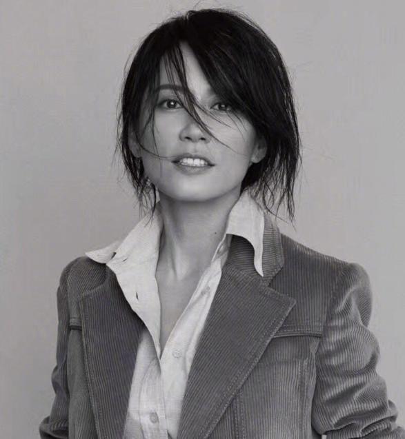 47岁冻龄女神俞飞鸿近照,短发干练有气质,网友:我以为图片