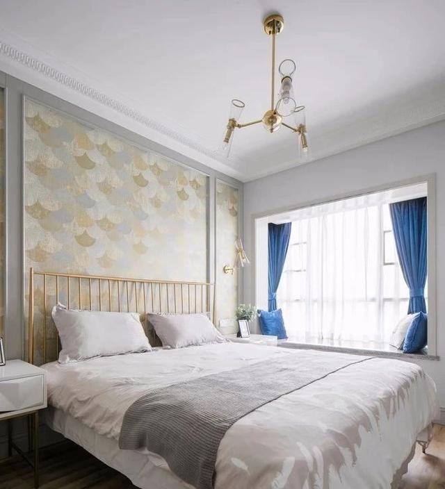 主臥簡單裝修,飄窗 床 衣柜便能填補原本單調的空間,最喜歡床頭的墻布