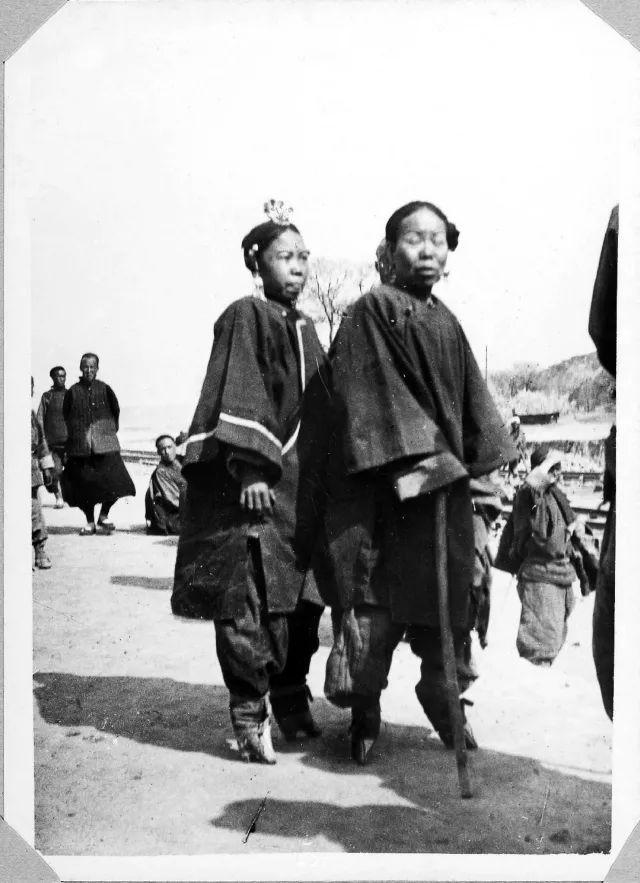 裹小脚的现代人_裹小脚的汉族女子,左图穿夏装;右图穿日常冬衣,梳鹊尾头.