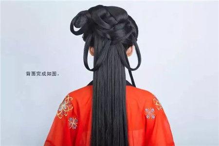 轻松搞定:1,遮挡发包,并在灵蛇鬓上绕环2,垫高后脑勺,让发型立体饱满图片