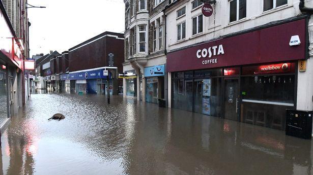 """强风暴""""丹尼斯""""来袭!英国多地水患严重,小镇变""""水城"""""""