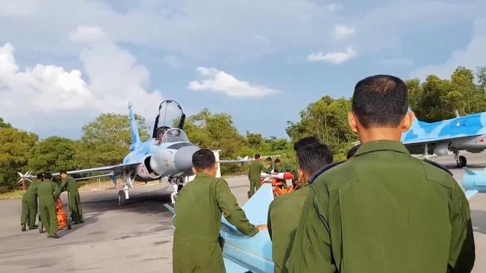 缅甸空军买家秀 枭龙战斗机挂2发反舰导弹出镜