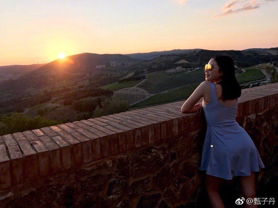 甄子丹在微博晒出和老婆,女儿一起度假拍摄的照片,配文: