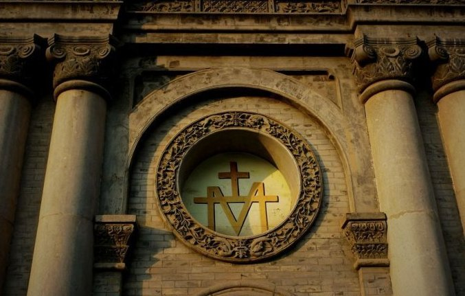 中西结合的柱式拱券,砖木结构,拉丁十字型体现出罗马风格,细部装饰为