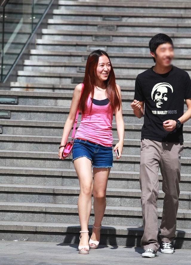 街拍:身材美女短裤,美女迷人美腿消瘦!腿锯牛仔图片