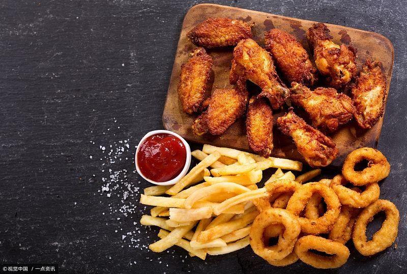 高脂肪的食物有动物类皮肉如肥猪肉,猪油,黄油,酥油,植物油等,还有些