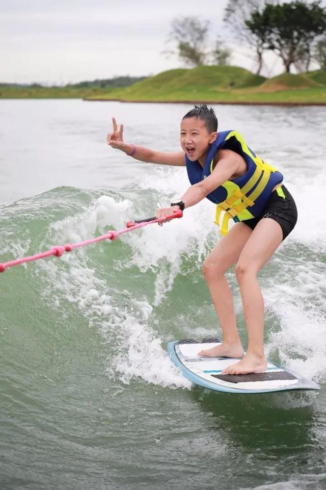 水上摩托,冲浪,皮划艇.海边玩的,这里都有!电子竞技dota2青训队图片