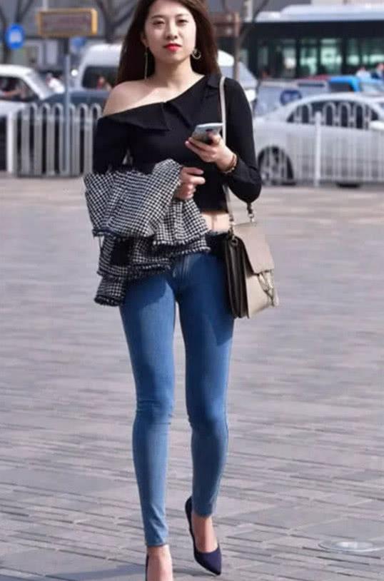 街拍:紧身牛仔裤拥有舒适的时尚感,简单美观,彰显女人