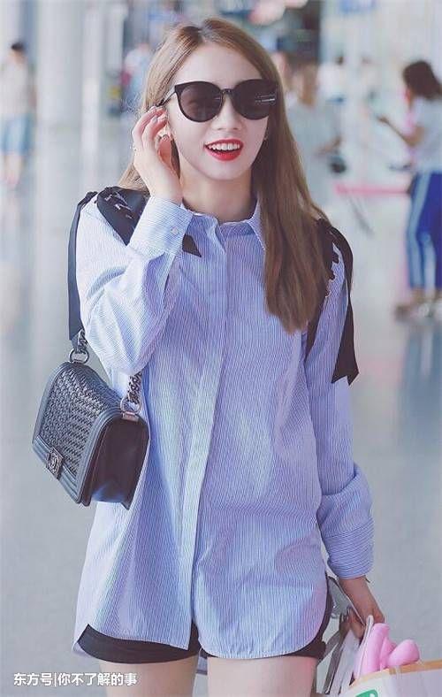 陈立农一样拥有一张爱笑的脸,她现身街头的时候,衣服多以休闲装,运动
