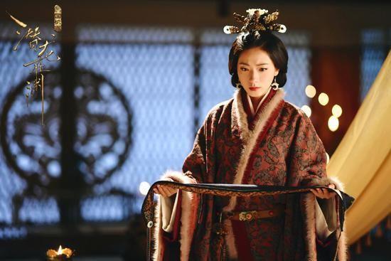 中她扮演的是形象端庄精致的皇后伏寿,既高贵又有着母仪天下的威严.
