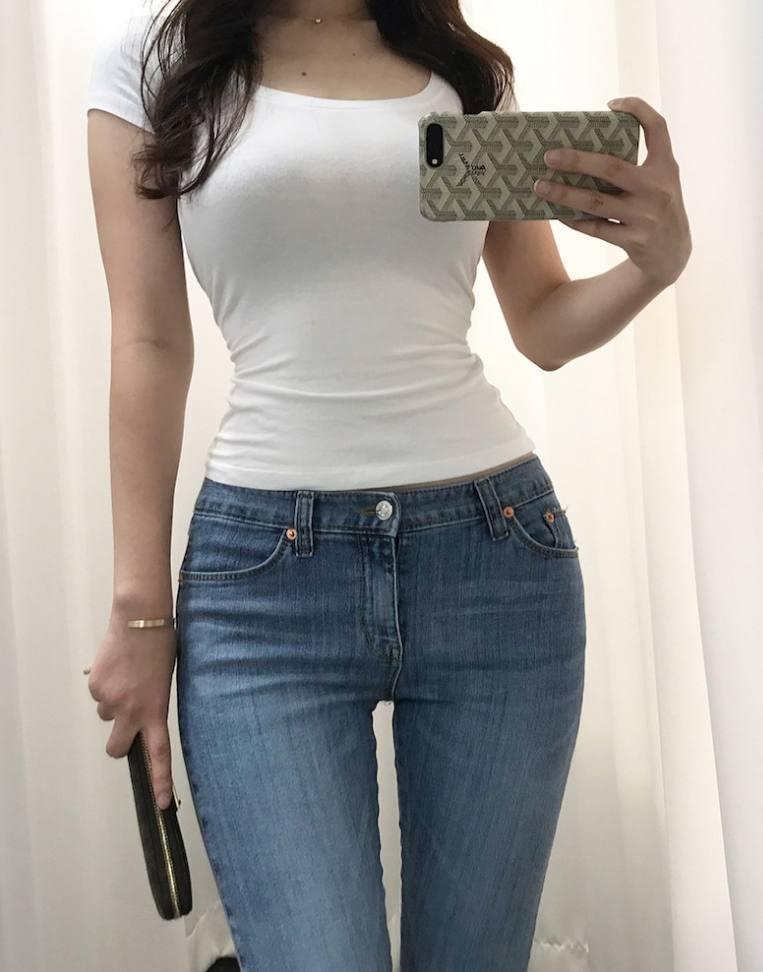 紧身牛仔裤_穿紧身牛仔裤的漂亮女人只要安静就可以显示出所有的魅力.