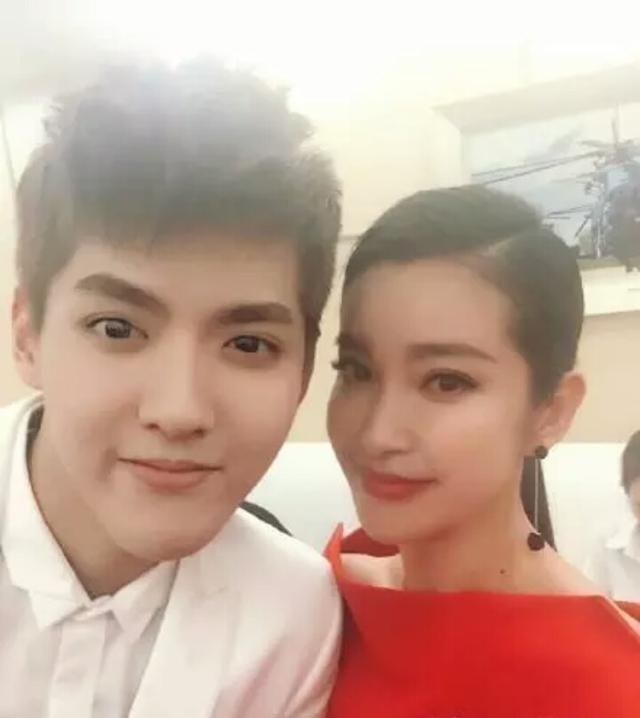 吴亦凡女星的合照,和李冰冰刘亦菲的太过正经,和她最抢眼