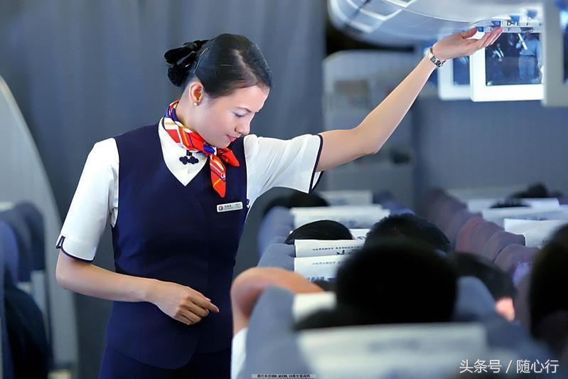 空姐脖子上的丝巾_但是你发现没有,为什么空姐的脖子上都戴上一条丝巾呢?