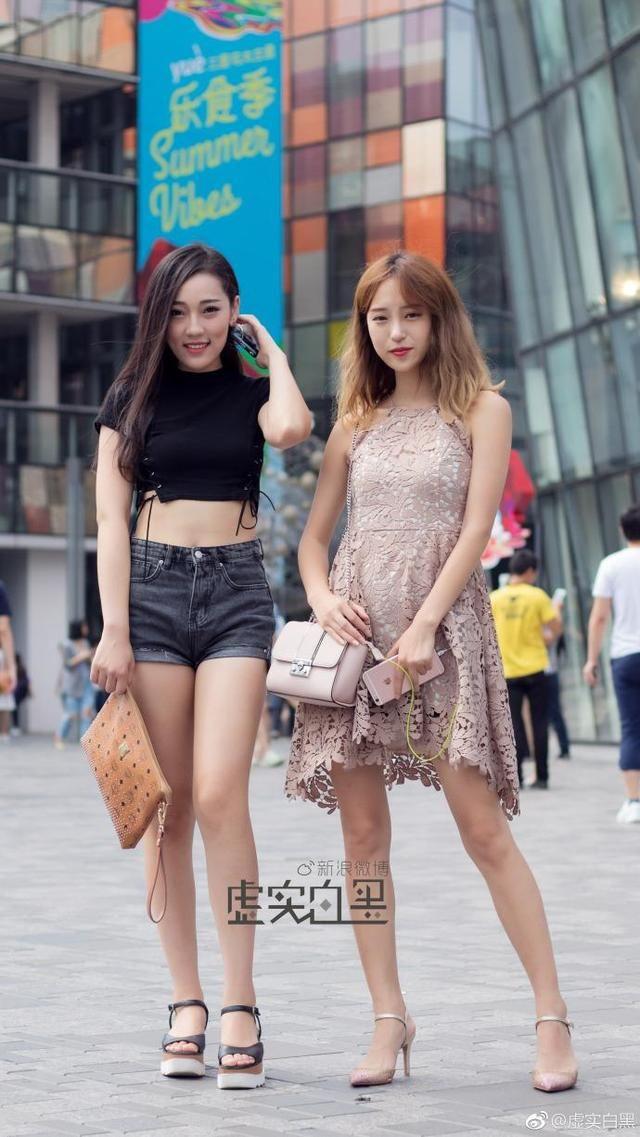 北京街拍,针织上衣搭配复古花纹长裙,整个人显得特别有气质