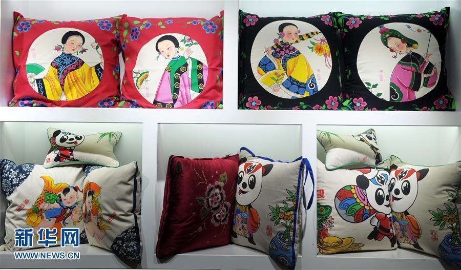 三彩画坊展示的创意年画产品(1月20日摄).新华社记者金马梦妮摄