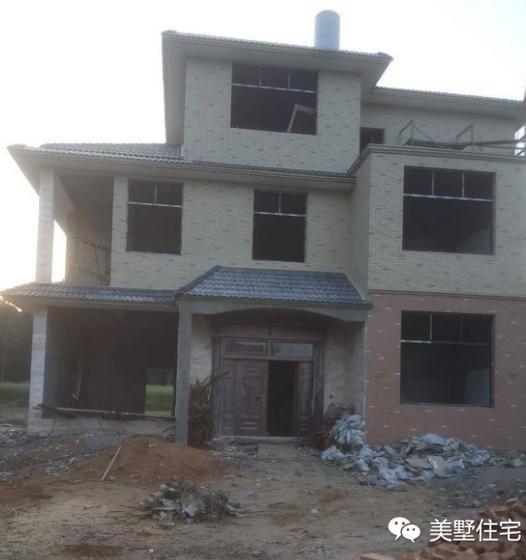 农村小伙仿邻居自建三层别墅,造型没话说,外墙贴瓷是最大败笔