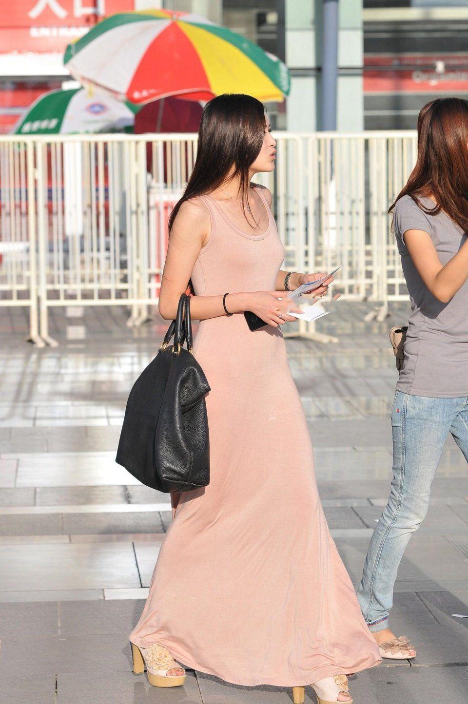 少妇粉色穴_街拍,身材好气质佳,一条粉色露背长裙真是给少妇增添了不少魅力