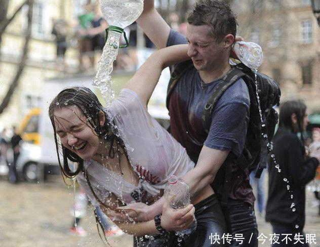 乌克兰女多男少的泼水节,想要抱得美人归,真的是太随意了!